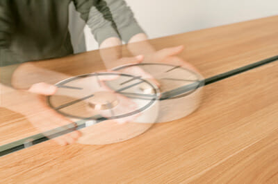 A gas burner in the center can be moved along the table.