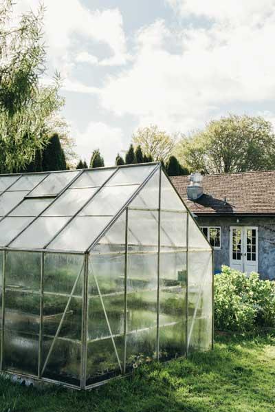 http://modernfarmer.com/wp-content/uploads/2015/08/kurtwood-farms-greenhouse1.jpg