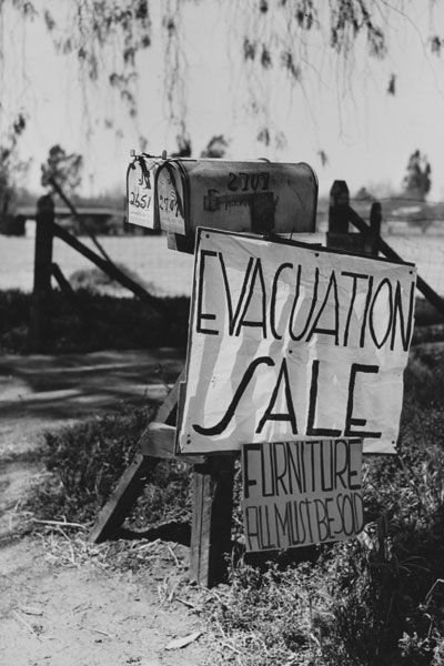 Many of those informed they would be evacuated tried to sell whatever belongings they could. Dorothea Lange / LOC